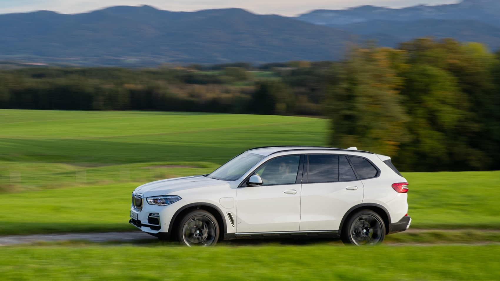 2020-BMW-X5-xDrive45e-test-drive-37